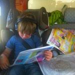 Kinder-Sonntagszeitung lesen im Auto.....