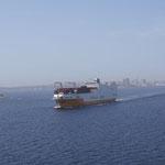 Einer der 20 anderen Grimaldi RoRo Schiffen kreuzt unseren Weg in Dakar.. endlich können wir in den Hafen