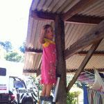 Klara klettert unerlaubt mit meiner Leiter