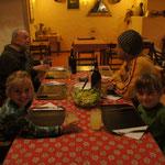 Wir versüssen uns das Warten auf die Überfahrt mit der guten Küche von Heinz uns Silvia