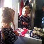 Klara schminkt sich...
