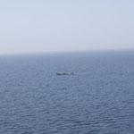 Mutige Afrikanische Fischer mit ihren Holzkähnen