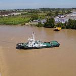 Wie an jedem Hafen wird ordentlich geschubst und gezogen, damit die 200 Meter auch am richtigen Ort zu stehen kommen