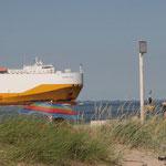 Grosses Schiff vor Cuxhaven