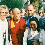 Der Vorstand der Tibet Initiative Deutschland erwartet den Dalai Lama vor dem Asienhaus, Mai 1995