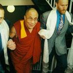 Der Vorstand des Asienhauses in Essen empfängt den Dalai Lama im Mai 1995