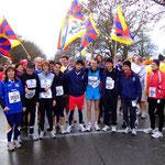 Olympiasieger Dieter Baumann mit Sportlern des Team Tibet vor dem Start des Tübinger Nikolauslaufes am 02.12.2007