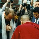 Der Dalai Lama besucht das Asienhaus in Essen im Mai 1995