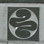 お墓に刻まれた紋。石材店に務める人に聞いてみましたが、初めて見る紋とのことでした。