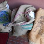 豆の麻袋。豆は一般的にこのような袋に入ってきます。