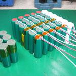 制作中のニッケル水素電池組品(トプコン) BT-50Q(左)と52QA(右)