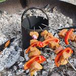 Spiesshalterung für Feuerschale mit Grillspiessen