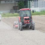 1.耕起(土を耕しています)