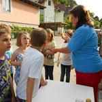 Honigverkostung mit Kindern aus unserem Ort