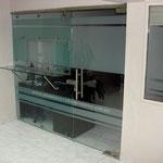 cancel con ventana y repisa de vidrio templado