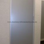 puerta con panel de aluminio