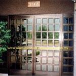 puerta doble cuadriculada con fijos laterales