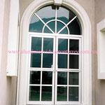 puerta doble cuadriculada con fijo superior en arco