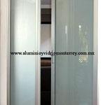 puerta batiente línea comercial con cristal satinado
