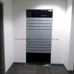 puerta batiente con película franjas