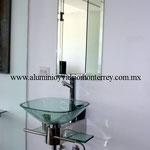espejo y lavabo de cristal