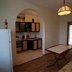 В комнате, совмещенной с кухней стоит 2-х местный раскладывающийся диван, стол и стулья, холодильник, телевизор, выход на балкон 2-го этажа !