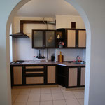 Кухня люкса с газовой плитой, печью СВЧ, вытяжка, мойка, посуда !