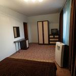 Спальная в люксе с большой кроватью, мебелью, телевизором и кондиционером, выход на балкон 2-го этажа !