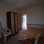 Выход из комнаты в небольшой коридор - прихожую, с зеркалом и вешалкой, смена постельного белья раз в неделю, уборка номера горничной - каждый день !
