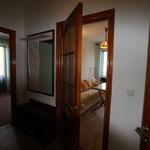 В коридоре прихожая с зеркалом и вешалкой, вход в спальную, в комнату совмещенную с кухней и в душевую комнату !