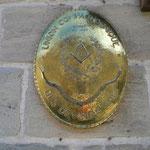 L'insigne des Compagnons : l'équerre et le compas.