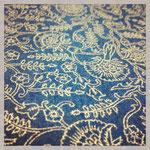 """Das Muster """"Emily B."""" auf einem Stück blauen Wollfilz"""