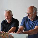 Vorbereitungen zur Ausstellung, hier Gerd Bandelow und Diether Münchgesang