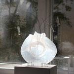 Vase am Fenster zum Hof, Moni