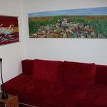 """Rotes Sofa mit Bildern """"Schwimmerin"""" und """"Ragusa/Sizilien"""""""