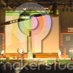 Reproducción de plaza con fachadas, fuente y quiosco de prensa. Escenografía para macro-evento Tecnocasa. Sevilla 2006