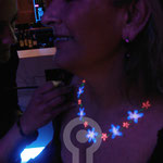 Collar de flores fluor pintado.  Fluor Party Teatro Barceló Madrid