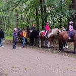 Feiertags-Ausritt mit allen Ponys in den Wald. Die Aufregung war groß - die Freude auch :-)!