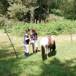 Mina und Charlotte zeigen Pumuckl die besten Grasplätze