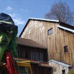 la sorcière aux dents vertes devant le fameux théâtre