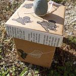 3 schwarze Mäuse springen auf dem Deckel der Box