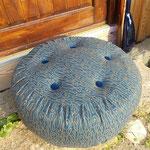 Boden-Pouf mit blauen Samtknöpfen auf der Stufe...