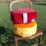 2 Sitz- & Meditationspolster medium in rot und gelb, Füllung: Dinkelspelzen kbA.