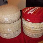 Sitz- und Meditationspolster in verschiedenen Herstellungsstufen, Füllung Afrik (Palmfaser)