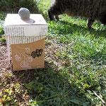 upcycling.MAUS.Box mit Lecki im Hintergrund