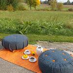 Bodenhocker auf Rollen und Pouf beim Kaffeekränzchen
