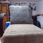 Garniertes Formpolster auf der Sitzfläche, an der Lehne noch die alte Polsterwatte
