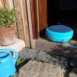 blaues Dinkelspelzenpolster mit blauer Gießkanne