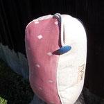 Lese- & Entspannungspolster, Modell in softem Pinkton mit blauem Textilknopf