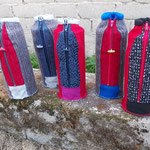 Flaschenhüllenparade,  vorherrschende Farben: Blau und Rot